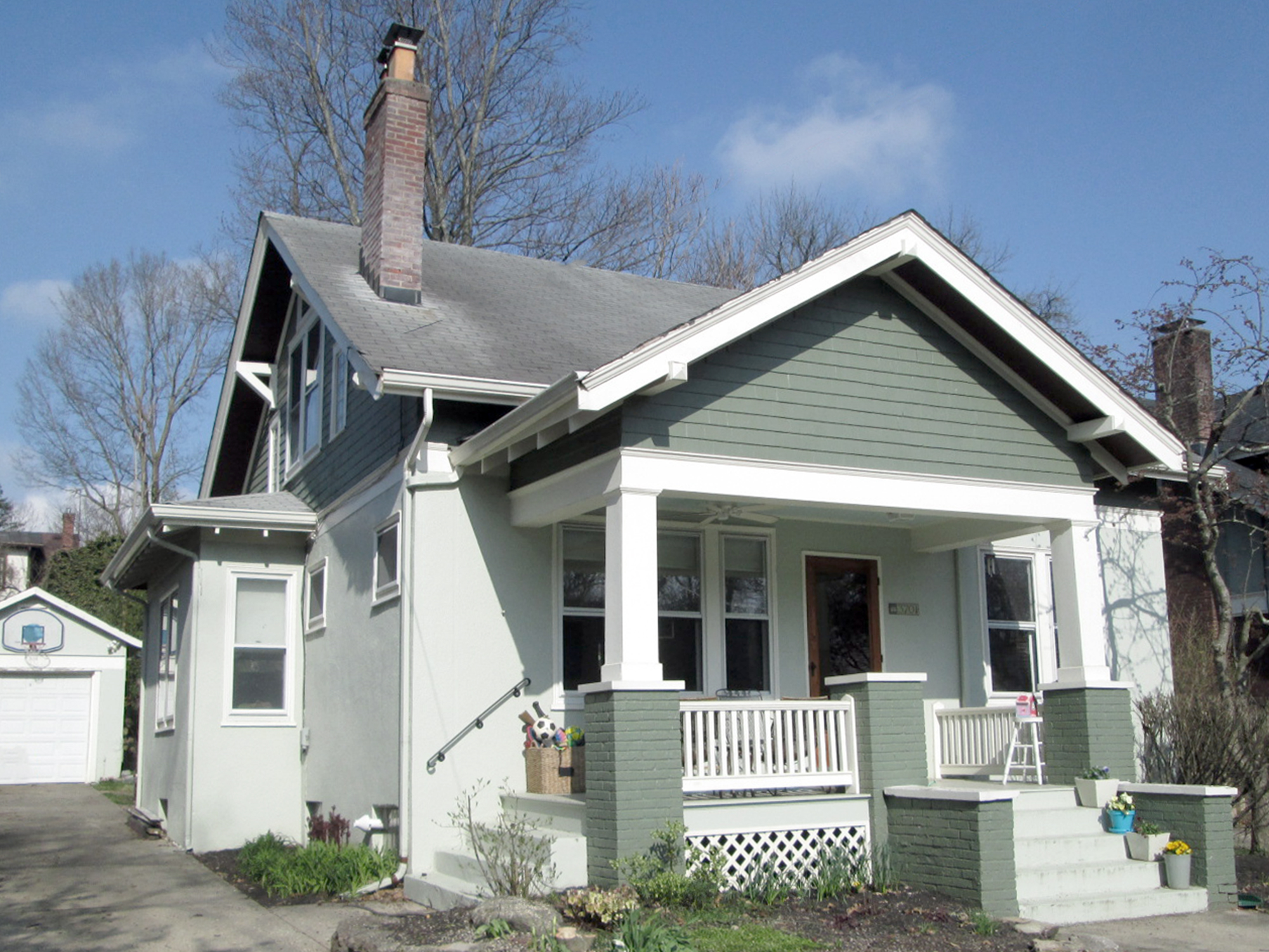 front exterior of a home before remodeling